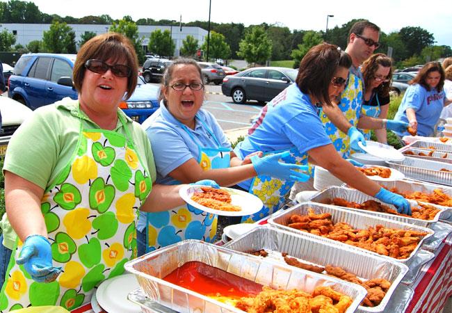 Als Belohnung dafür, dass wir unser Ziel erreicht haben, wurde im Sommer ein Buffalo Wing Day veranstaltet. Das macht immer viel Spaß.