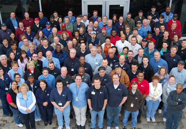 """Das Radwell-Team macht immer eine großartige Figur mit seiner vom Unternehmen gesponserten <strong>Rad-Wear</strong> in <span style=""""color: lime;"""">Grün</span>, <span style=""""color: steelblue;"""">Blau</span>, <span style=""""color: red;"""">Rot</span> und sogar <span style=""""color: mediumorchid;"""">Lila</span> und <span style=""""color: pink;"""">Pink</span>. Ihre Wahl."""