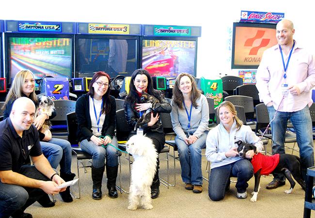 Radwell a organisé un événement pour PAWS, une organisation locale concerné par refuge pour animaux. Certains employés ont adopté des chiens et des chats.