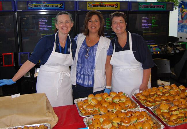 """Diese großartigen drei Damen haben beim """"Surf and Turf""""-Belohnungsessen unsere Mitarbeiter bedient."""