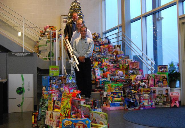Notre collecte de jouets a fourni plus de 400 jouets aux organismes de bienfaisance locaux en 2011.